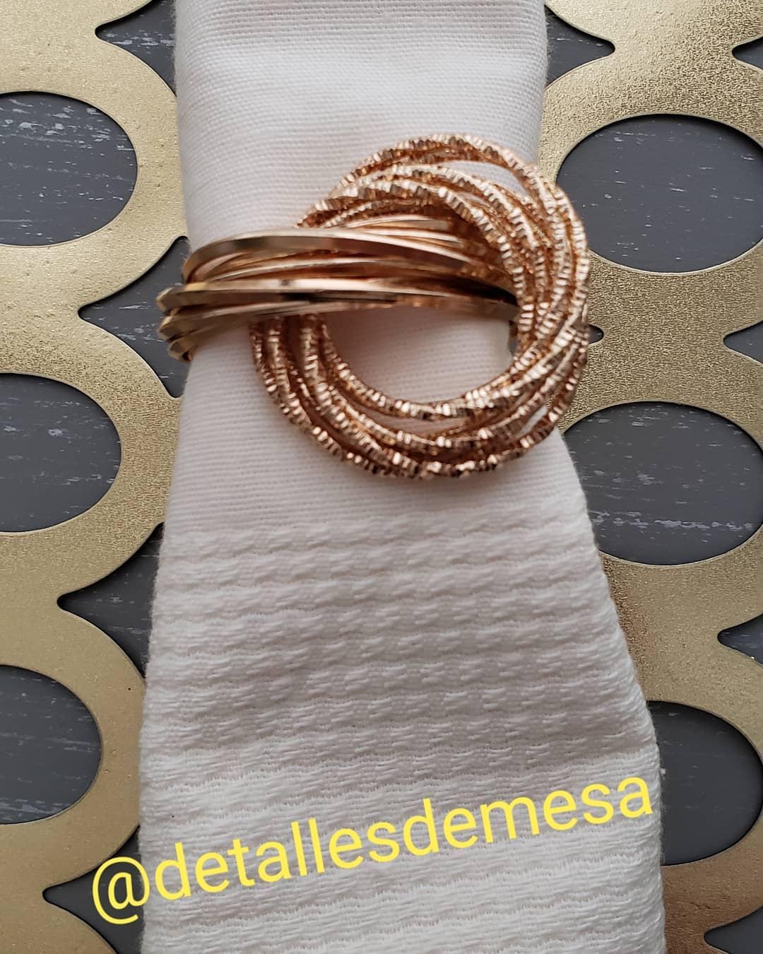 MODELO ESGOTADO Lindo anel carrega guardanapos em metal dourado. Disponível para lu ...