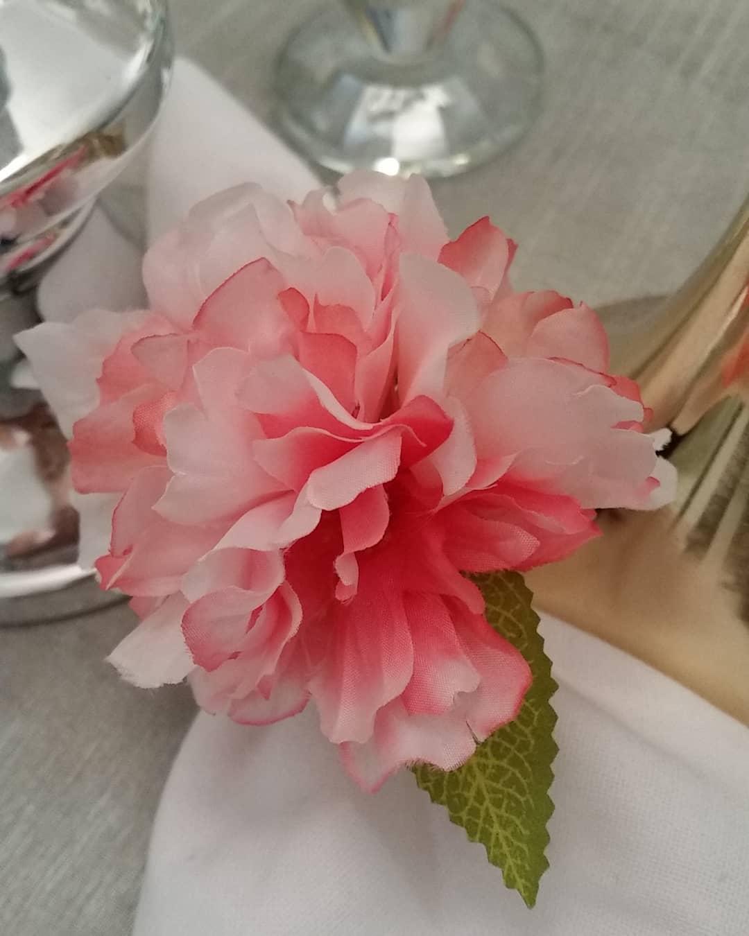 Portservilleta dos mais originais. As flores destacam a elegância da sua mesa ....