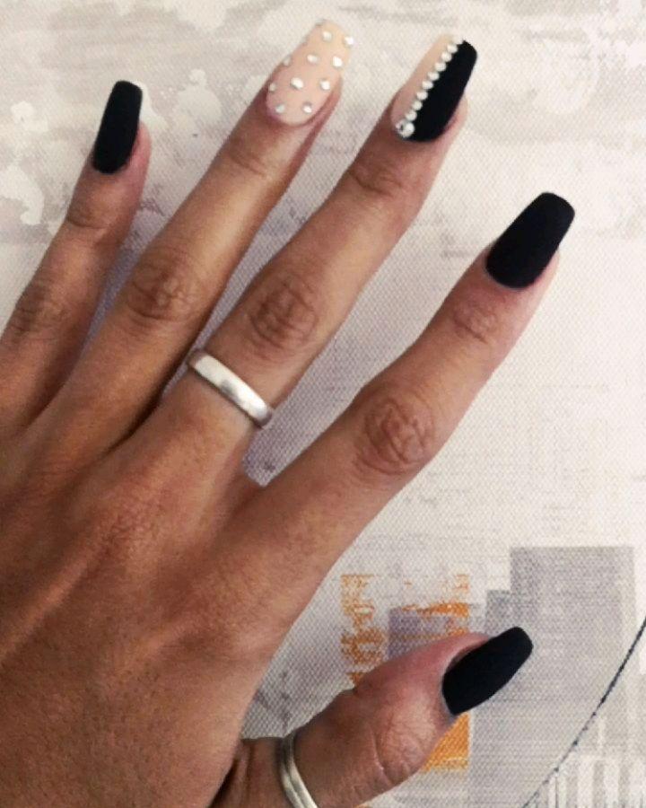 Unhas de brilho preto e nude . #glamour #blacknails #blackandnude #brightnessn ...