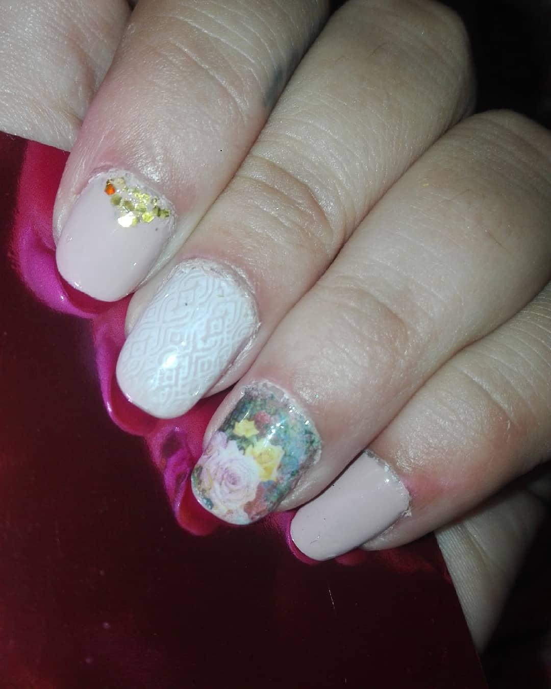 #nailsart # decoração de unhas # unhas decoradas #nascinas naturais #capa de unhas #rospalo ...