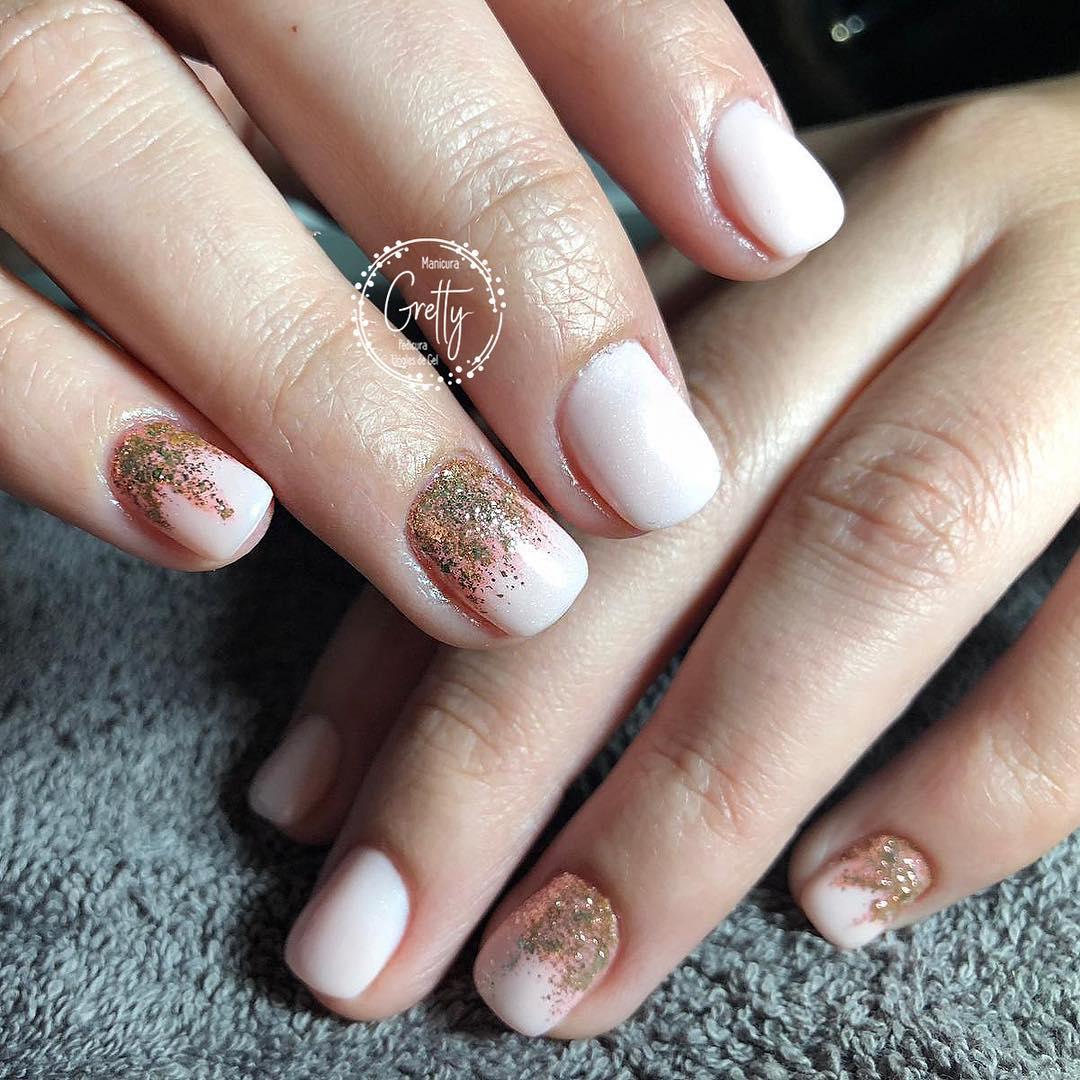 Começamos a semana com #brillibrilli nude e dourado # decoraciondeuñas #gelnails # ...