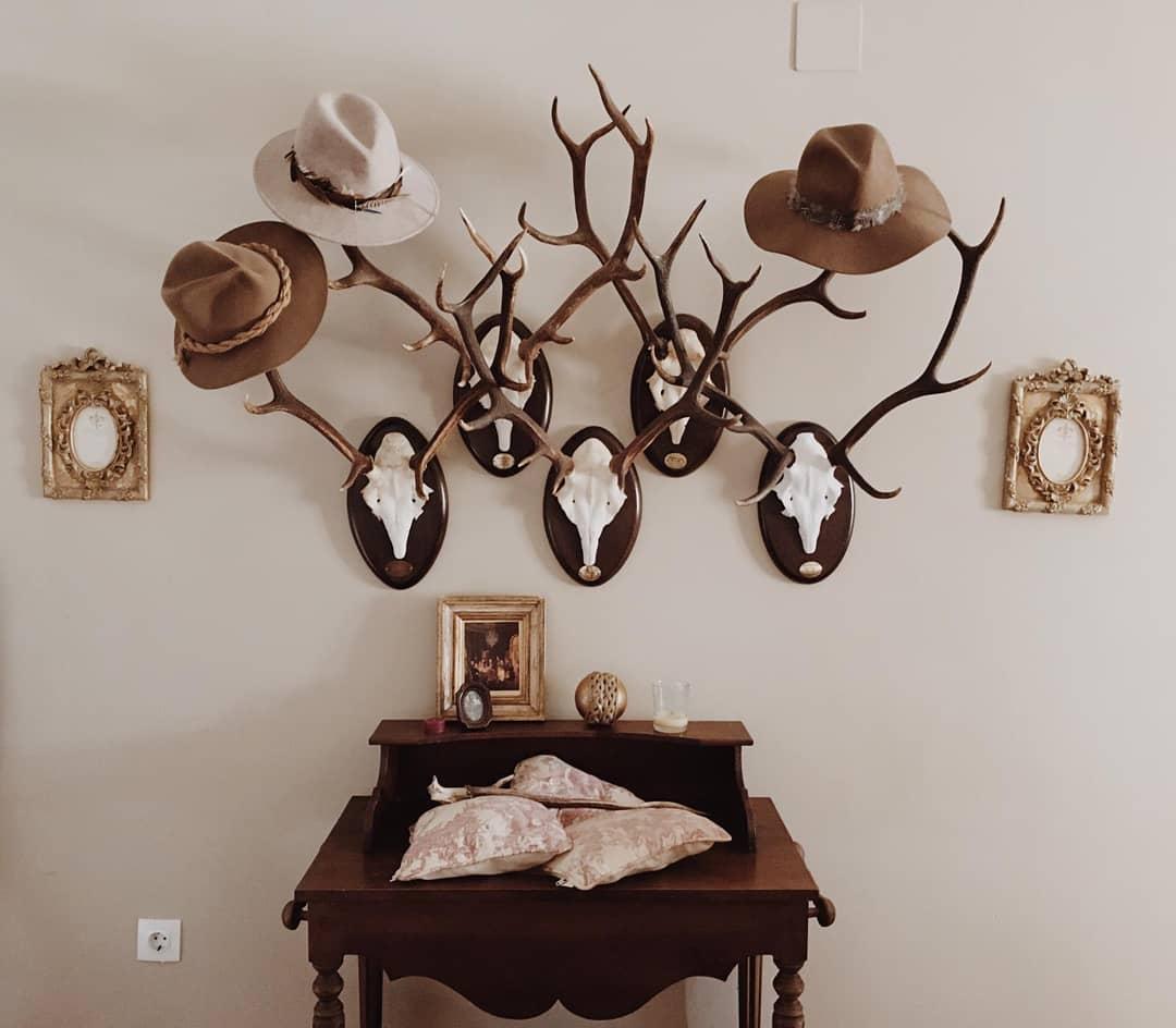 Meu cabide ... #red troféu #hats #portrait #percherovenado #decosal ...