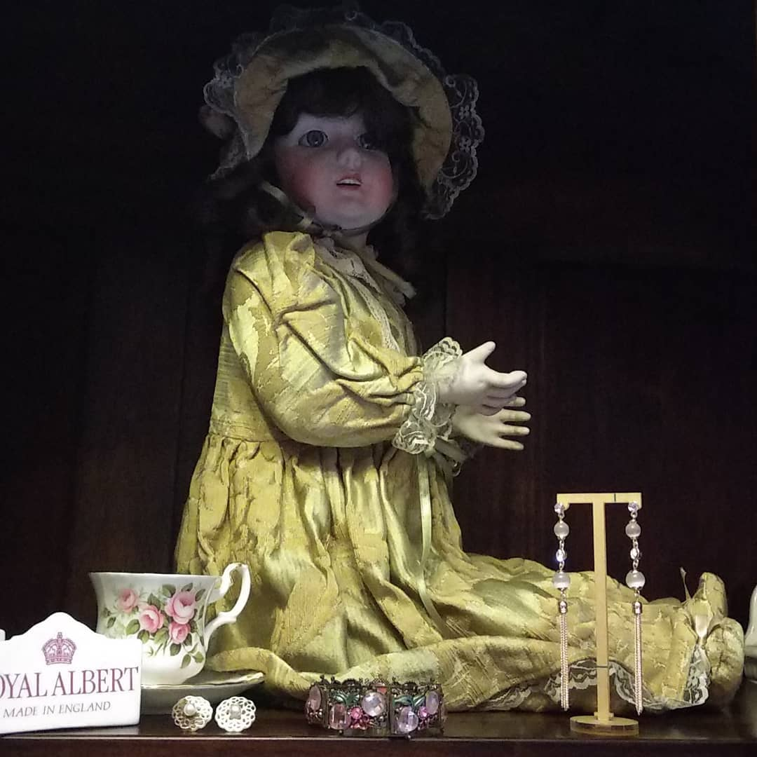 Na vitrina da loja, réplica francesa de boneca do XVIII, de biscui ...