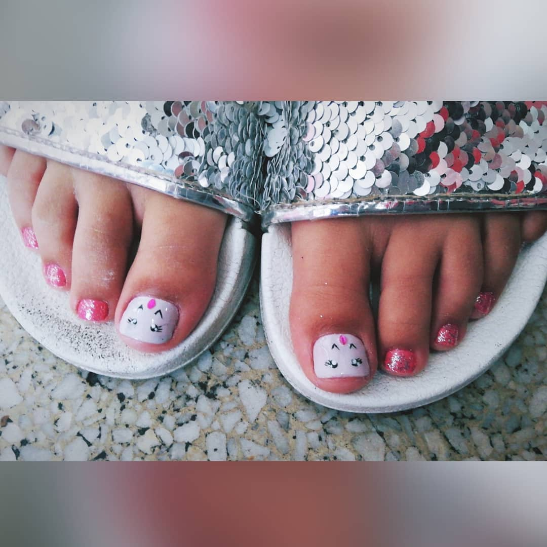 Pedicure e este design bonito para a menina da casa que nós amamos os mimar! Não ...