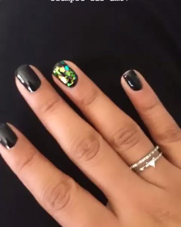 Pintura permanente com design de tornassol em um prego . . # decoraciondeuñas # unhas # ...