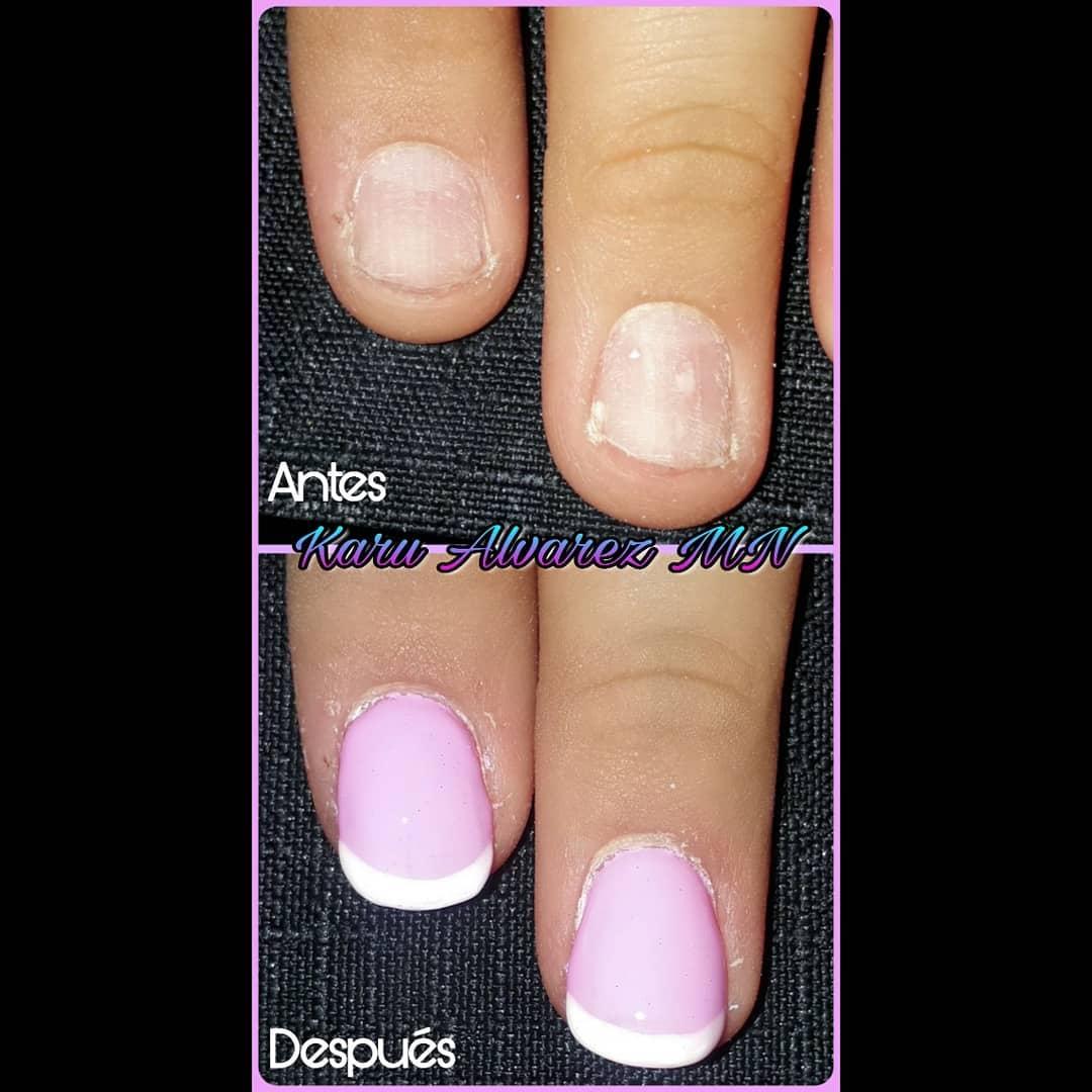 Esculpido em gel e esmalte semipermanente rosa e efeito de espelho francês. Par ...