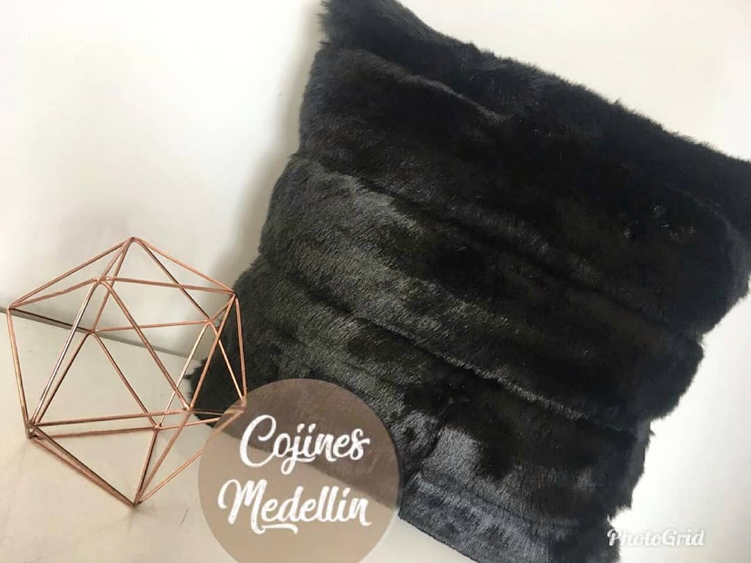 Almofadas pretas peludas !!! perfeito para qualquer espaço $ 45.000 mil pesos! ⠀ ...