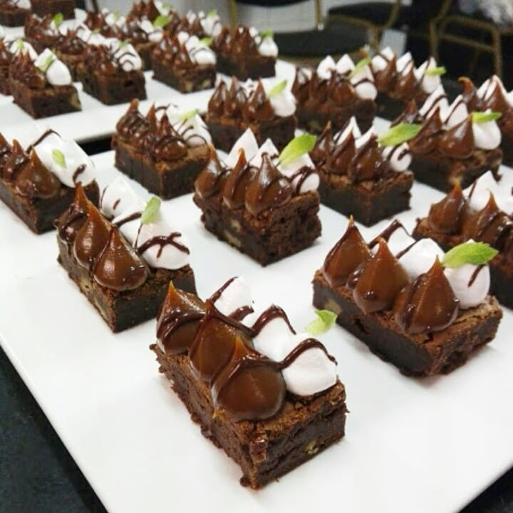 Brownie, brownies lanches cobertos com doce de leite e merengue decorado com ...