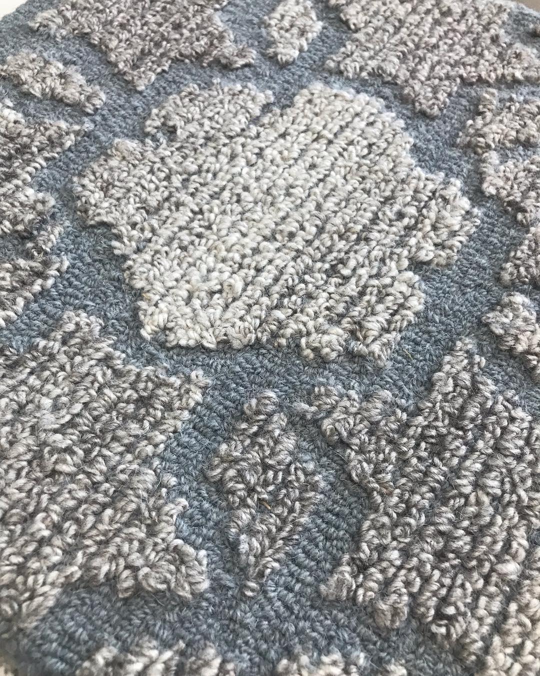 A textura da lã torna as esteiras super aconchegantes Este é um modelo de l ...