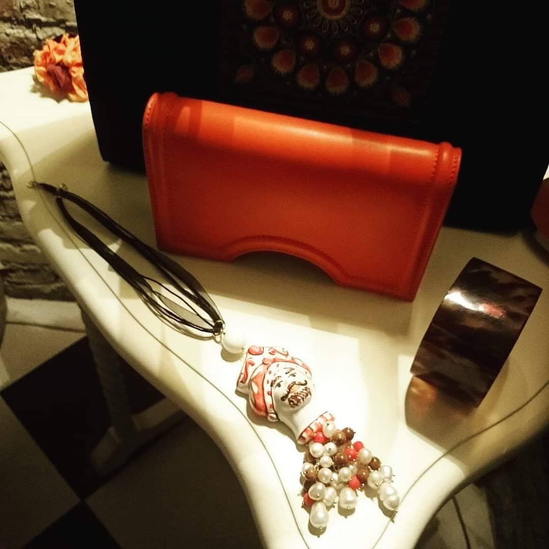 Hoje, no mostruário, pulseira de tartaruga, pingente de cerâmica siciliana e bols ...
