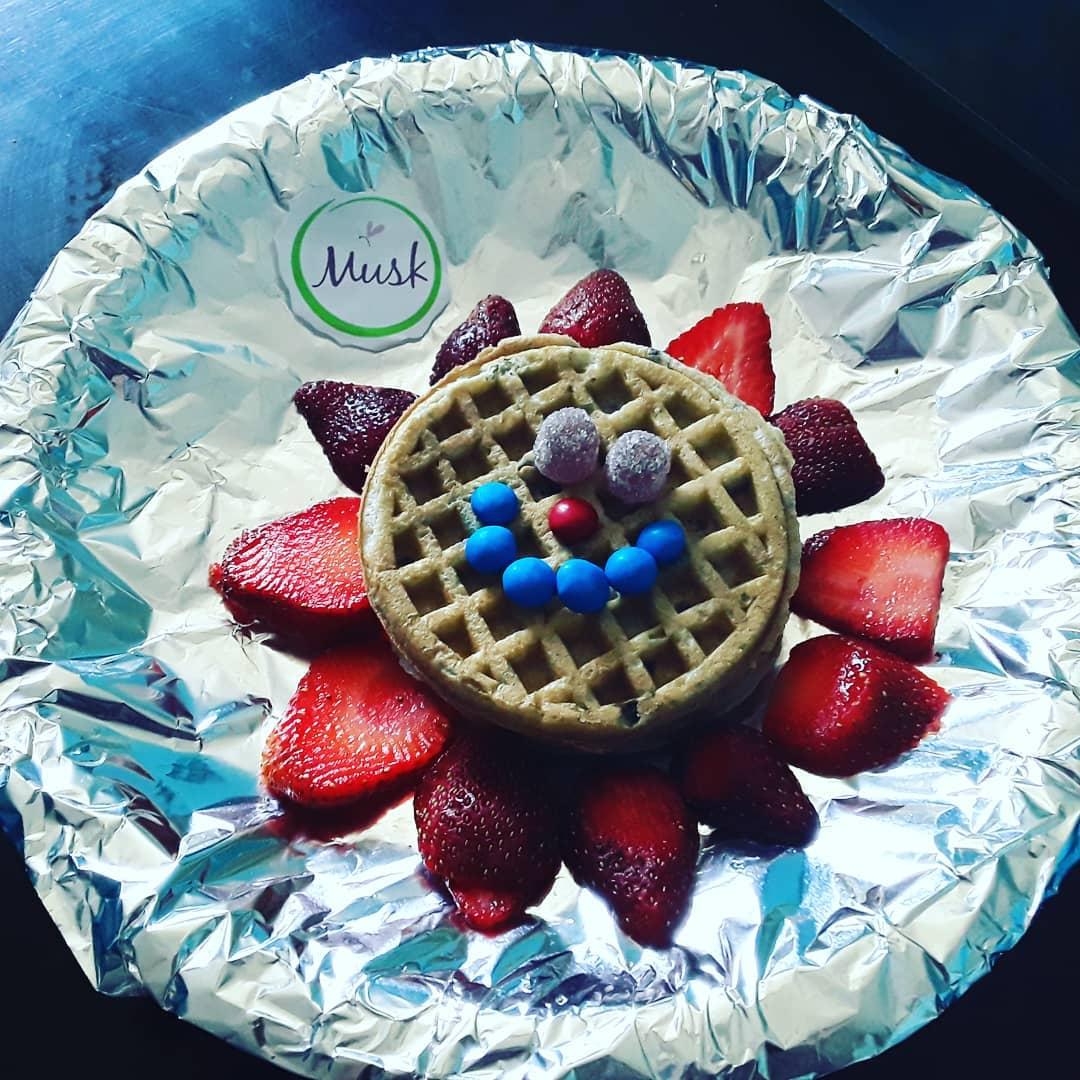 Detalhe: waffles de mirtilo, com morangos e casas de botão Nós sabemos que #Jessica é uma ...