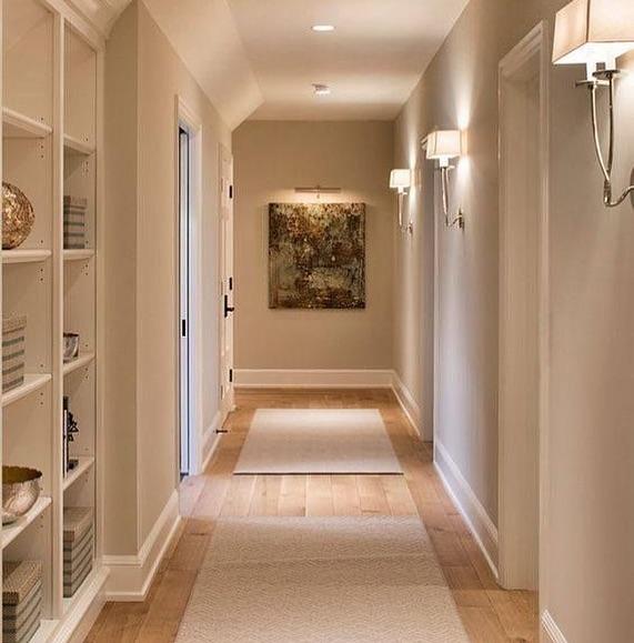 Que tal aproveitar o corredor para colocar aquelas prateleiras decorativas e úte...