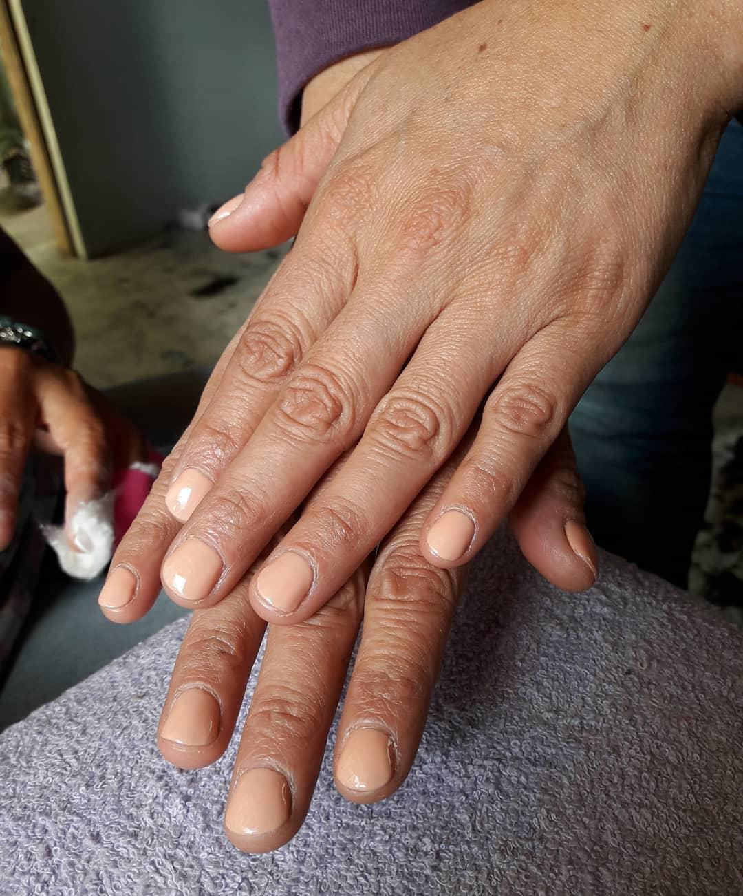 Esmaltado semi # ChampagneRosé #barilochee #brc #nails #esmaltepermanente #mel ...