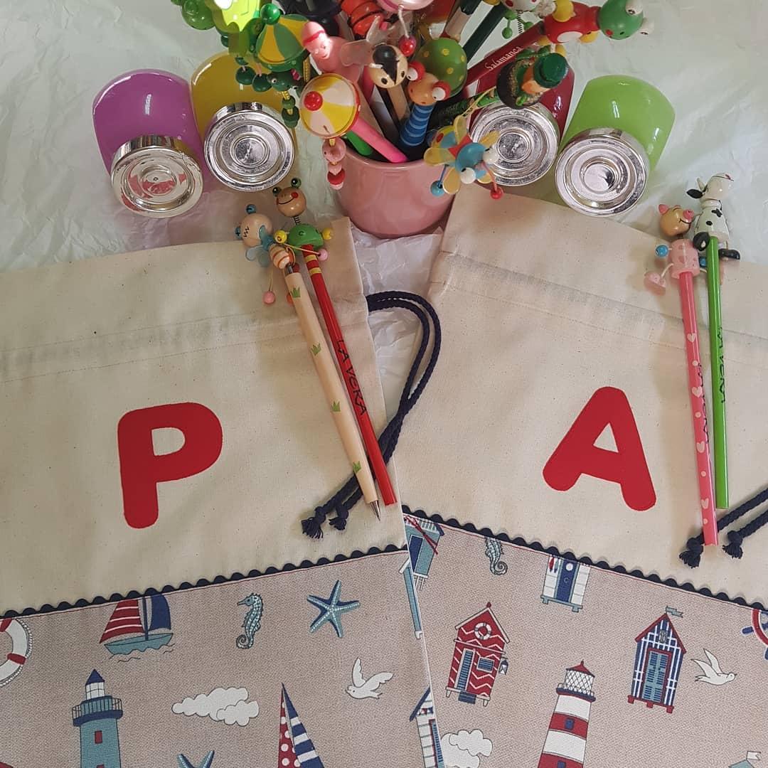 Sacos personalizados para que Pablo e Alejandro tenham tudo limpo. #artes ...