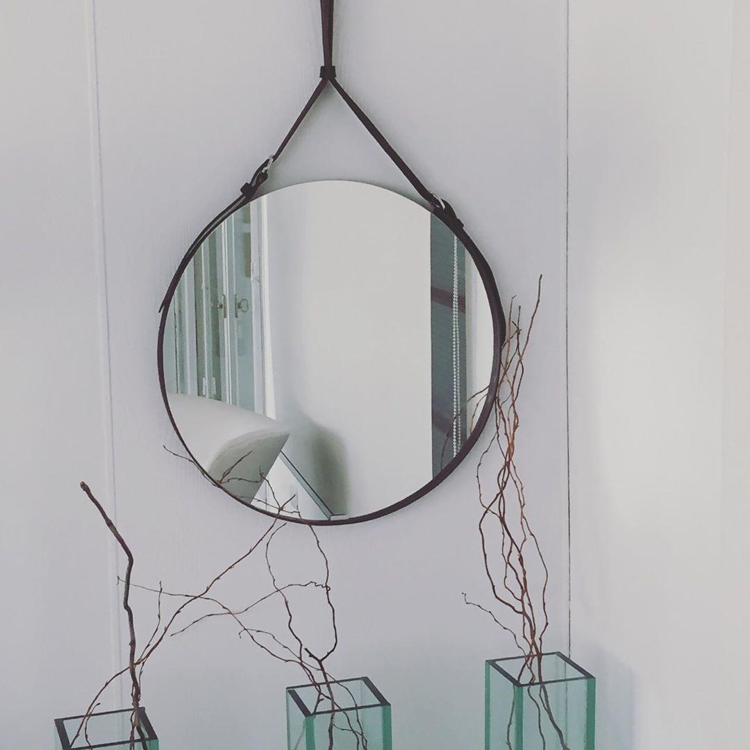 Agora, além de 47 centímetros vem em 67m de diâmetro # espelho # couro # design # tendência # banheiro ...