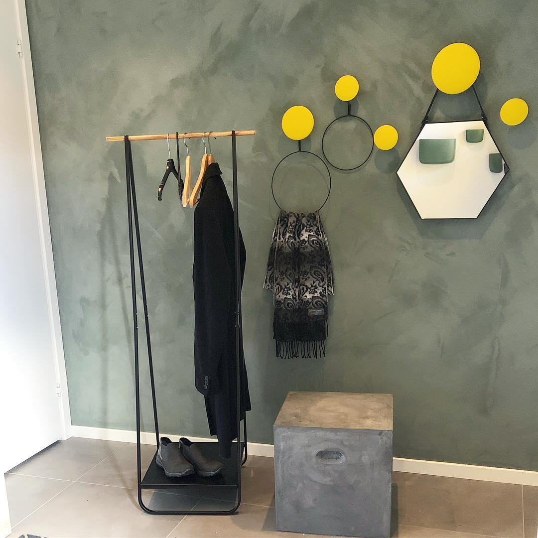 Os pontos estão no lugar e levam a cor da porta para dentro da sala para criar a ...