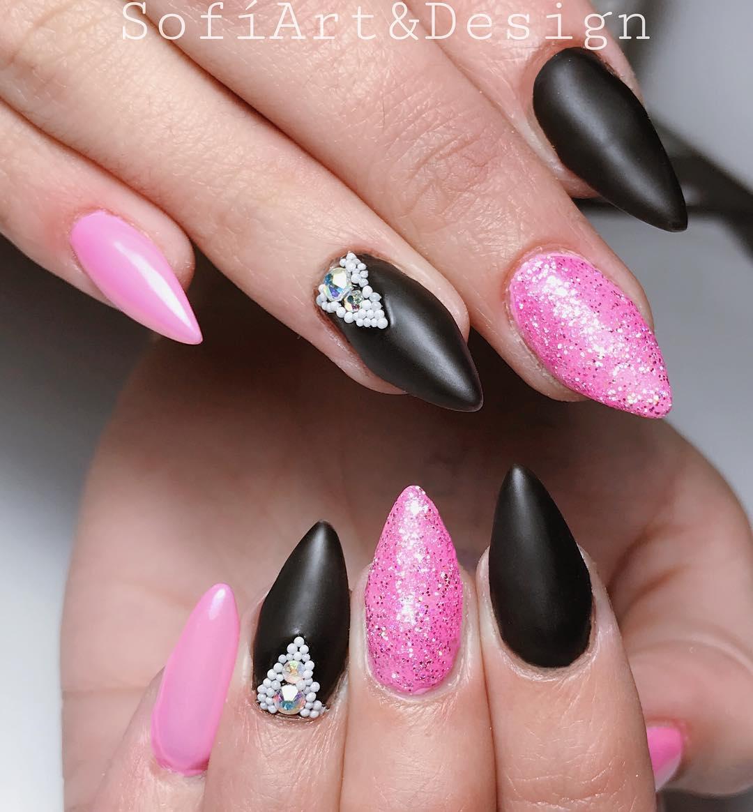 Goma de mascar rosa com preto e um monte de brilli brilli #sofiartanddesign # unhas # uñassemipe ...