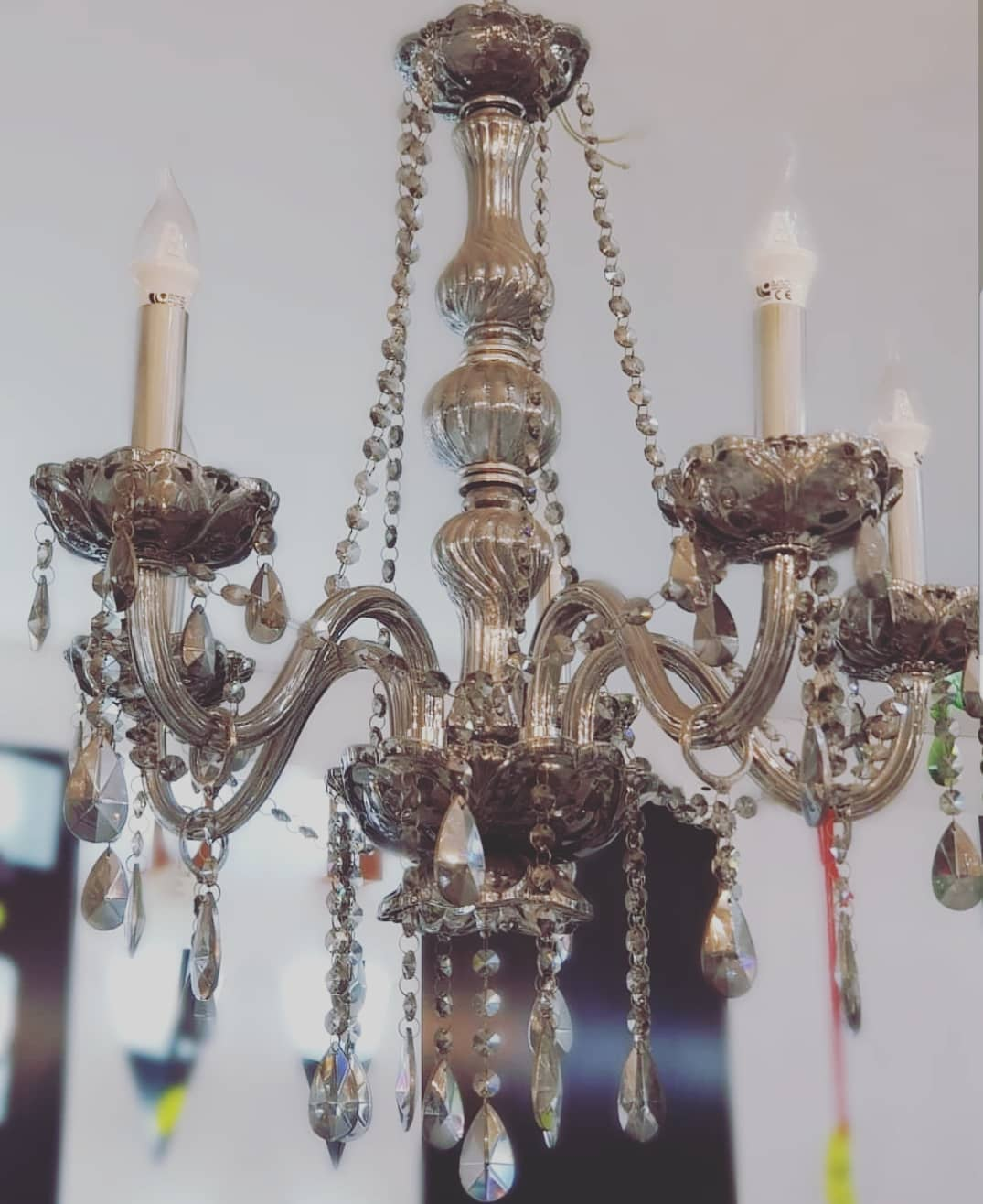 Candelabro de vidro fumado, 5 luzes. Medidas: 85 cm de altura x 55 cm de diâmetro ....