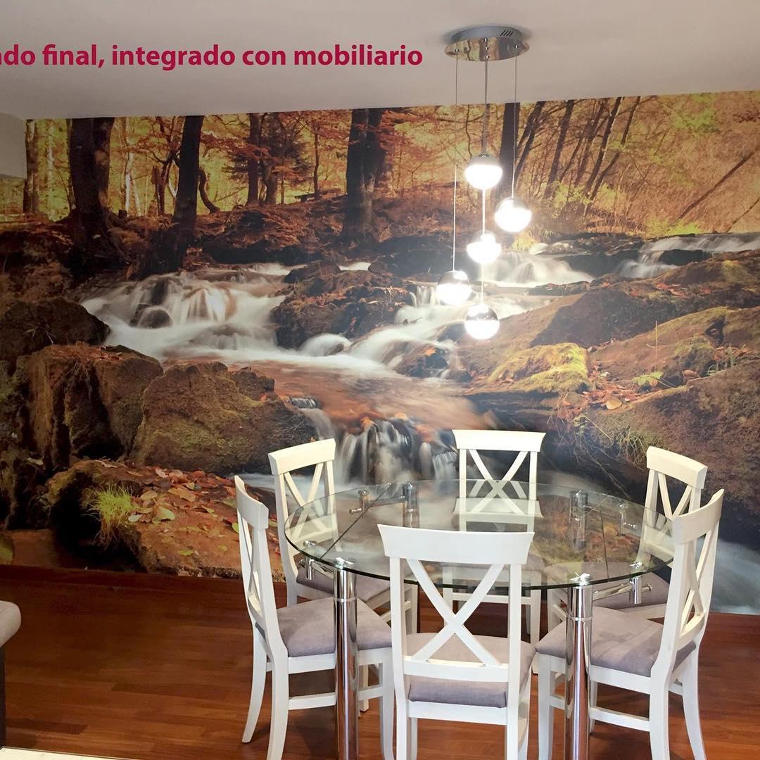 Nesta sala um belo mural de uma floresta foi instalado no outono com um pequeno ...