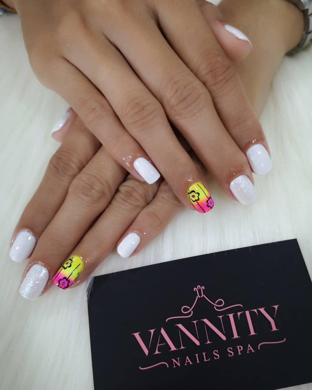 Manicure clássico, nós projetamos o que você quer mostrar suas mãos clientes felizes ...