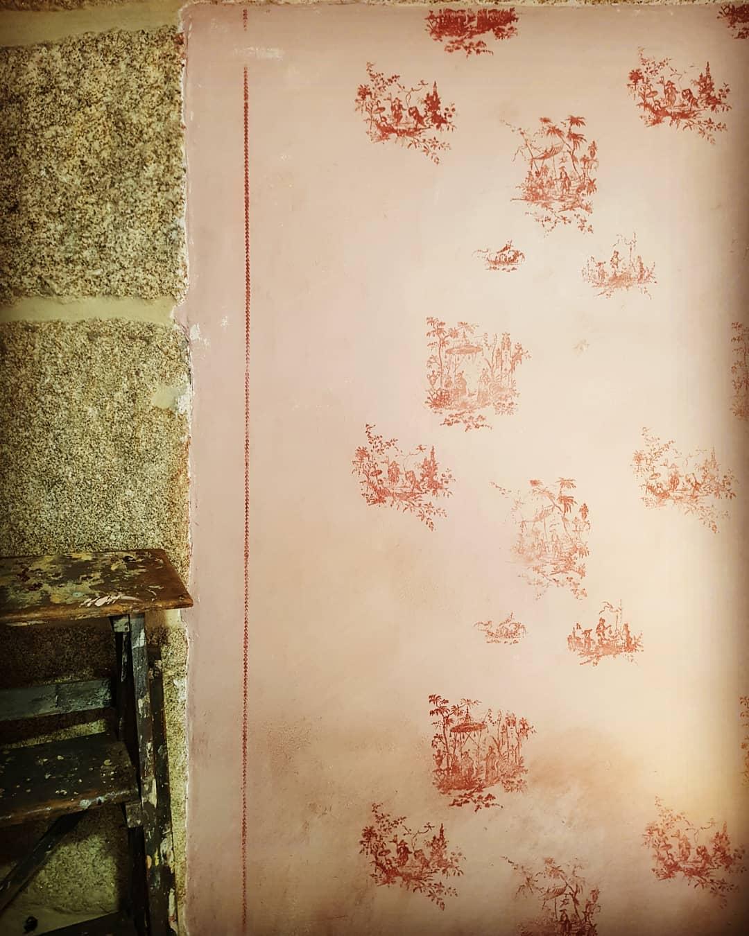 Mais paredes.  Fundo de um rosa muito pálido e com um ponto de terrosite aplicado muito ...