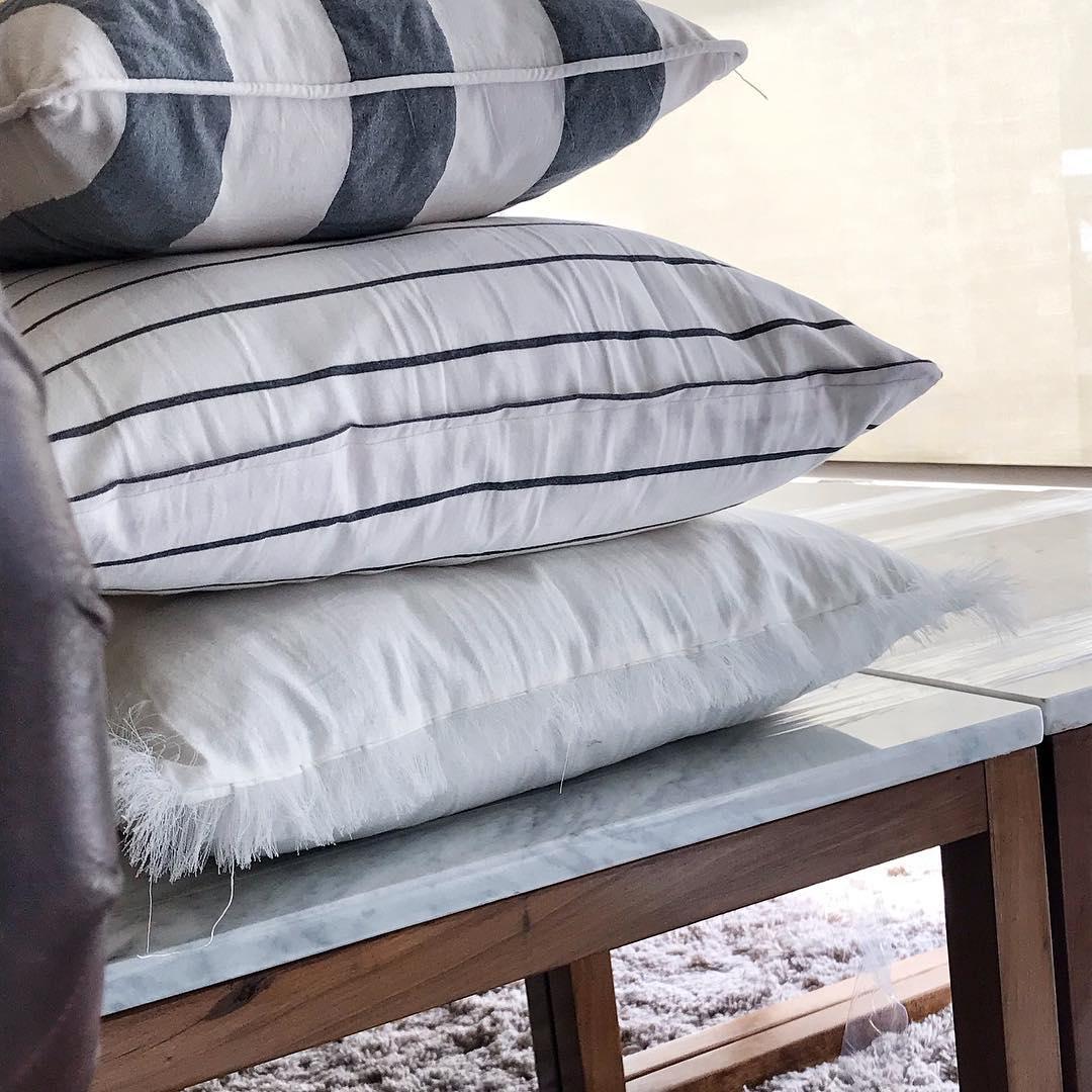 almofadas de mesas personalizadas, bases de madeira polida e tampo de mármore. . O mod ...