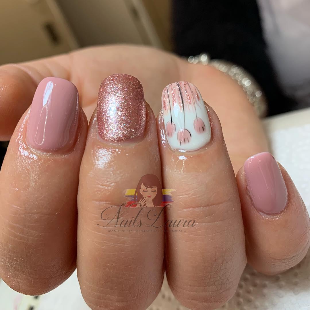 Unhas acrílicas com esmalte permanente e desenho à mão livre # nailslaura2603 ....