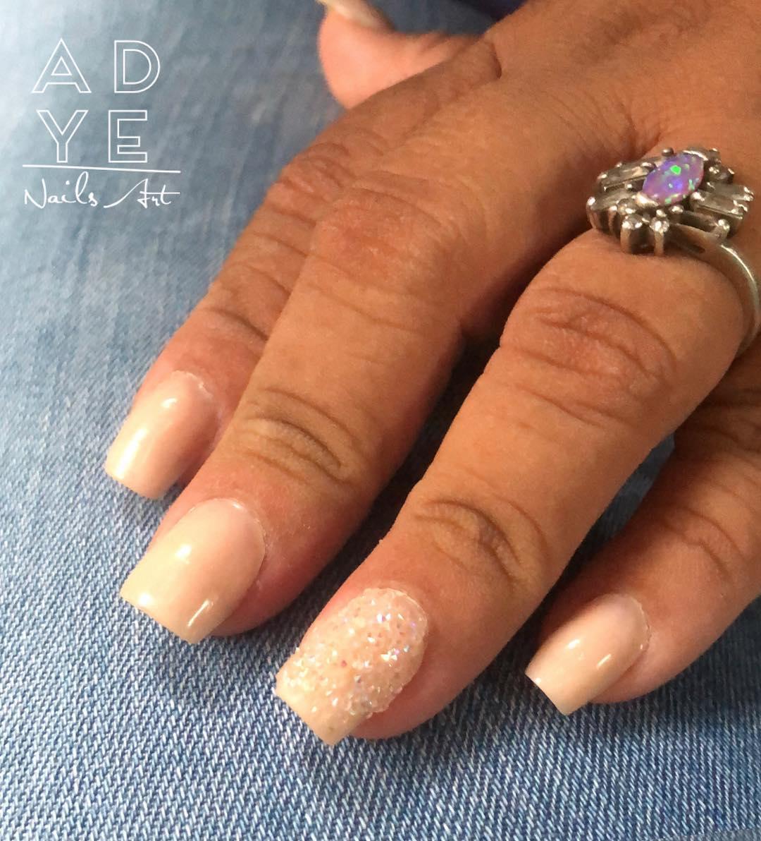 Pregos esculturais nus Decoração com pedras Pixie. . . . . #nails #glitterna ...