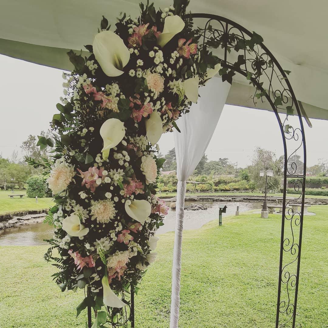 Arco metálico decorado para casamento. #bodacostarica #eventoscr #flores #primaveral ...