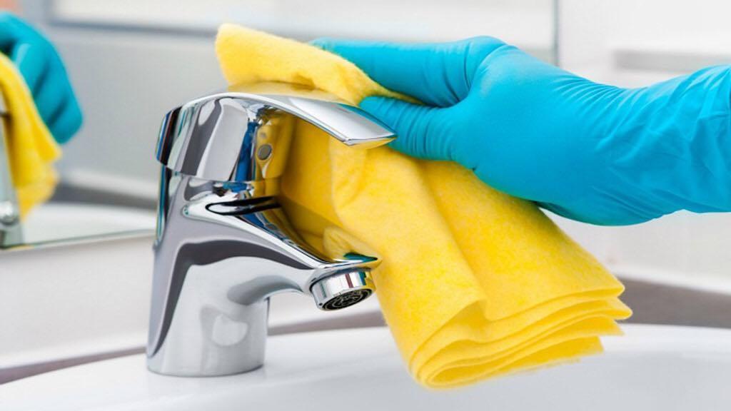 Você pode usar um algodão embebido com vinagre para limpar a sujeira no ...