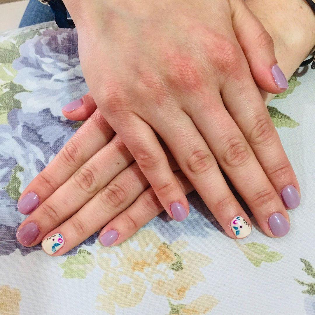 Manicure simples com muito primavera decoração por mão livre  # decoraciondeuñ ...
