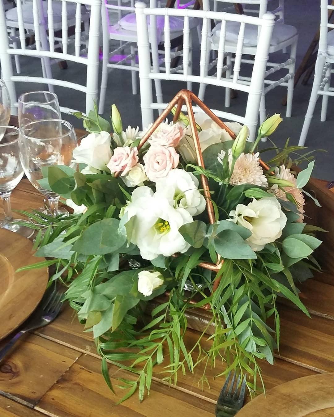 No último fim de semana montamos um lindo casamento em @ haras202, com muitos belos detalhes ...
