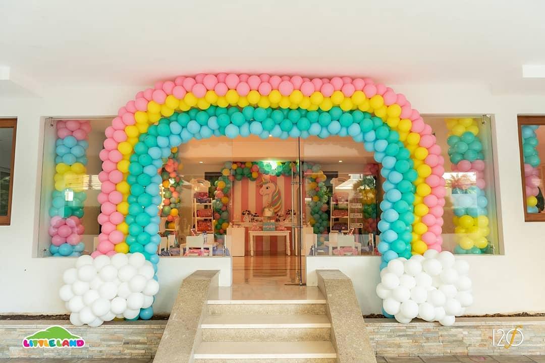 Nós sentimos que estávamos voando em um arco-íris! Uma bela festa temática de unicórnio cheia de ...