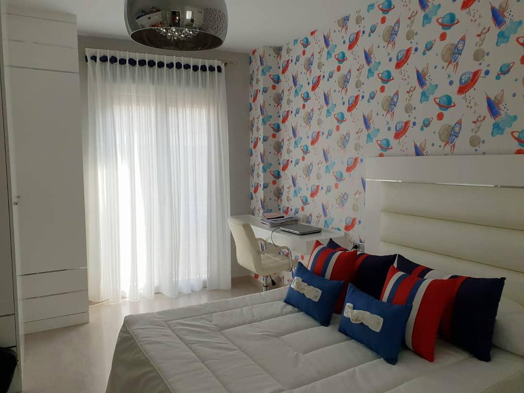 Quarto das crianças com 1'50 cama e a combinação de branco, azul ...