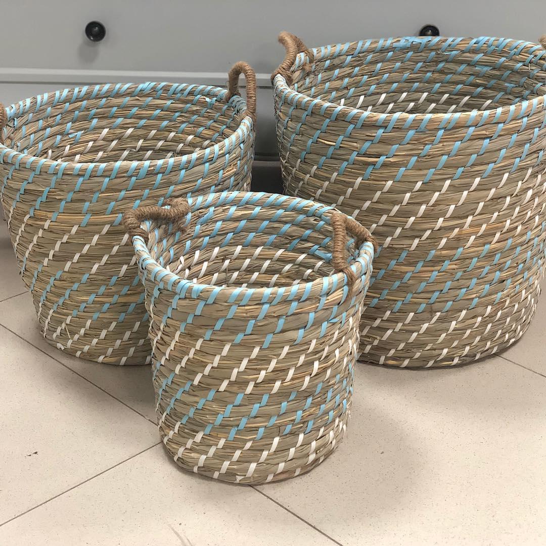 Novo conjunto de 3 cestos em fibra listrada com vários tons de azul e bege. Disponível ...