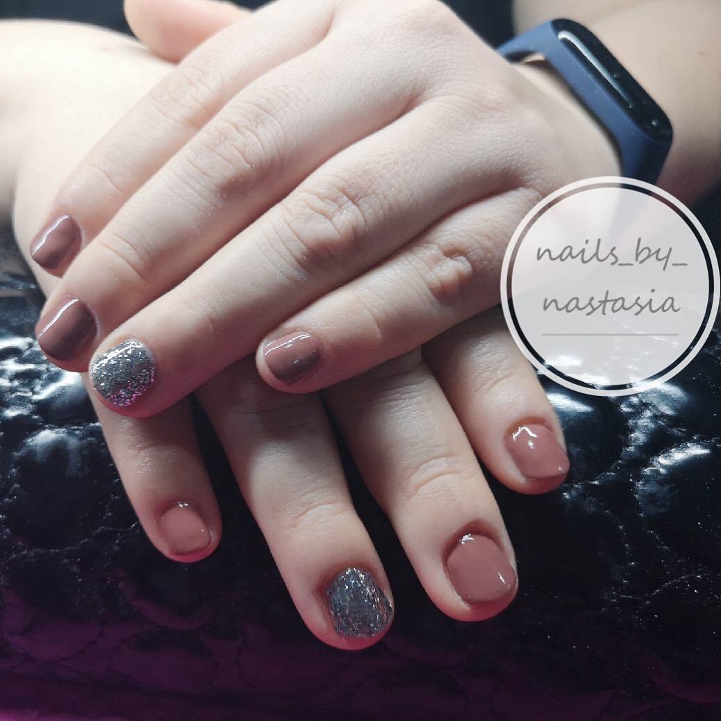 Bege polido permanente com glitter Nomeação +34 643043203 @nails_by_nastasia #e ...