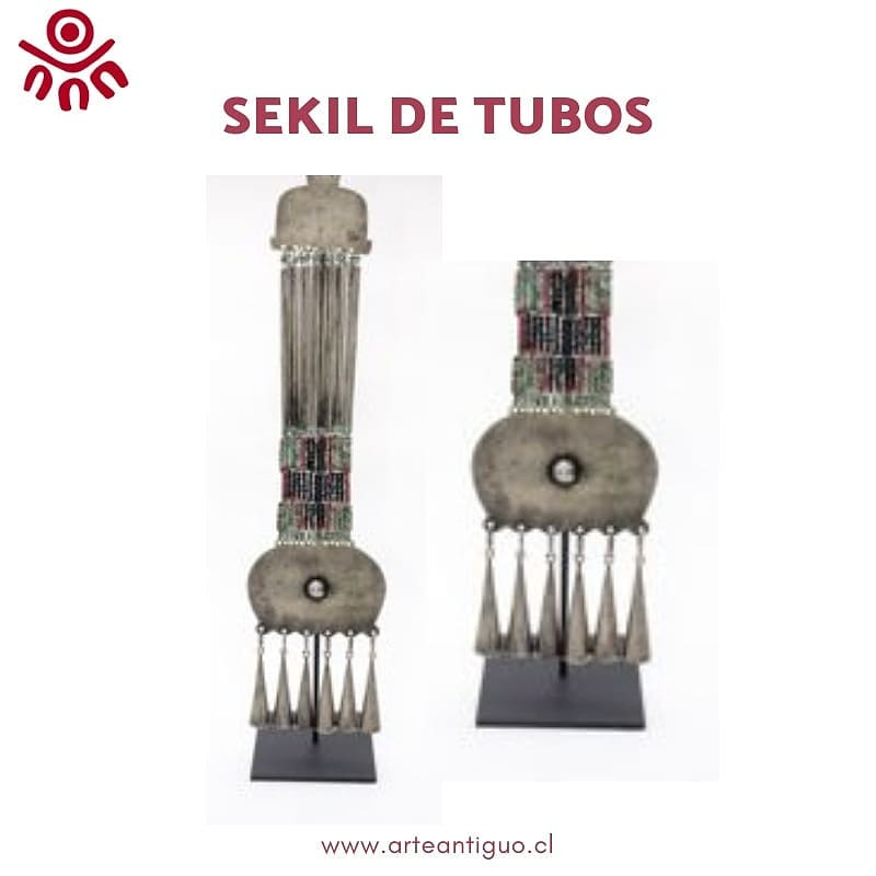 Peitoral vertical composto por finos tubos de prata intercalados com ...