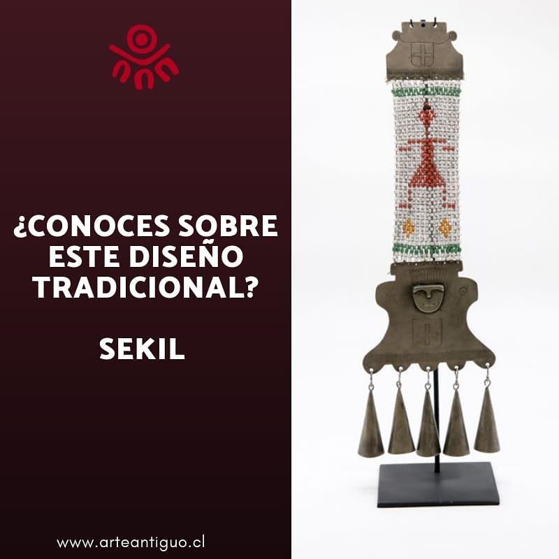 Este lindo ornamento peitoral é feito com mostacillas e placas de metal com ...