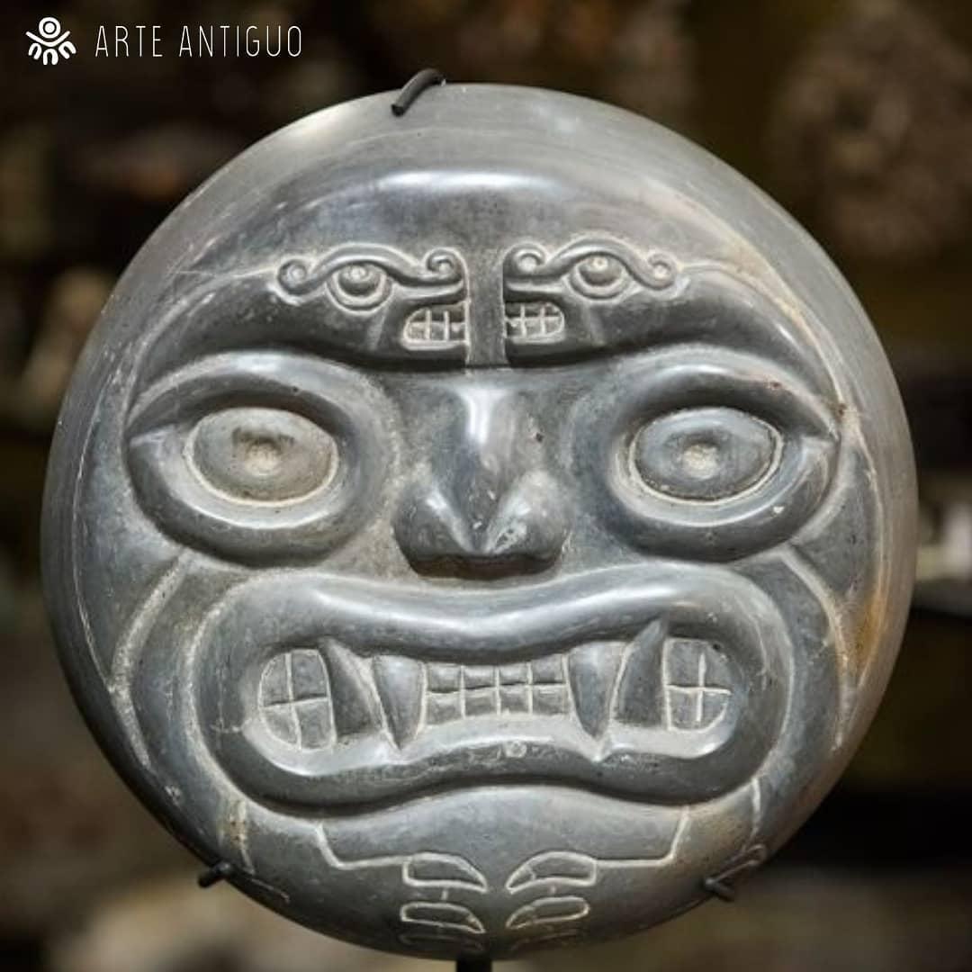 Disco de pedra peruana de cor preta e acabamento polido. Nesta peça ...
