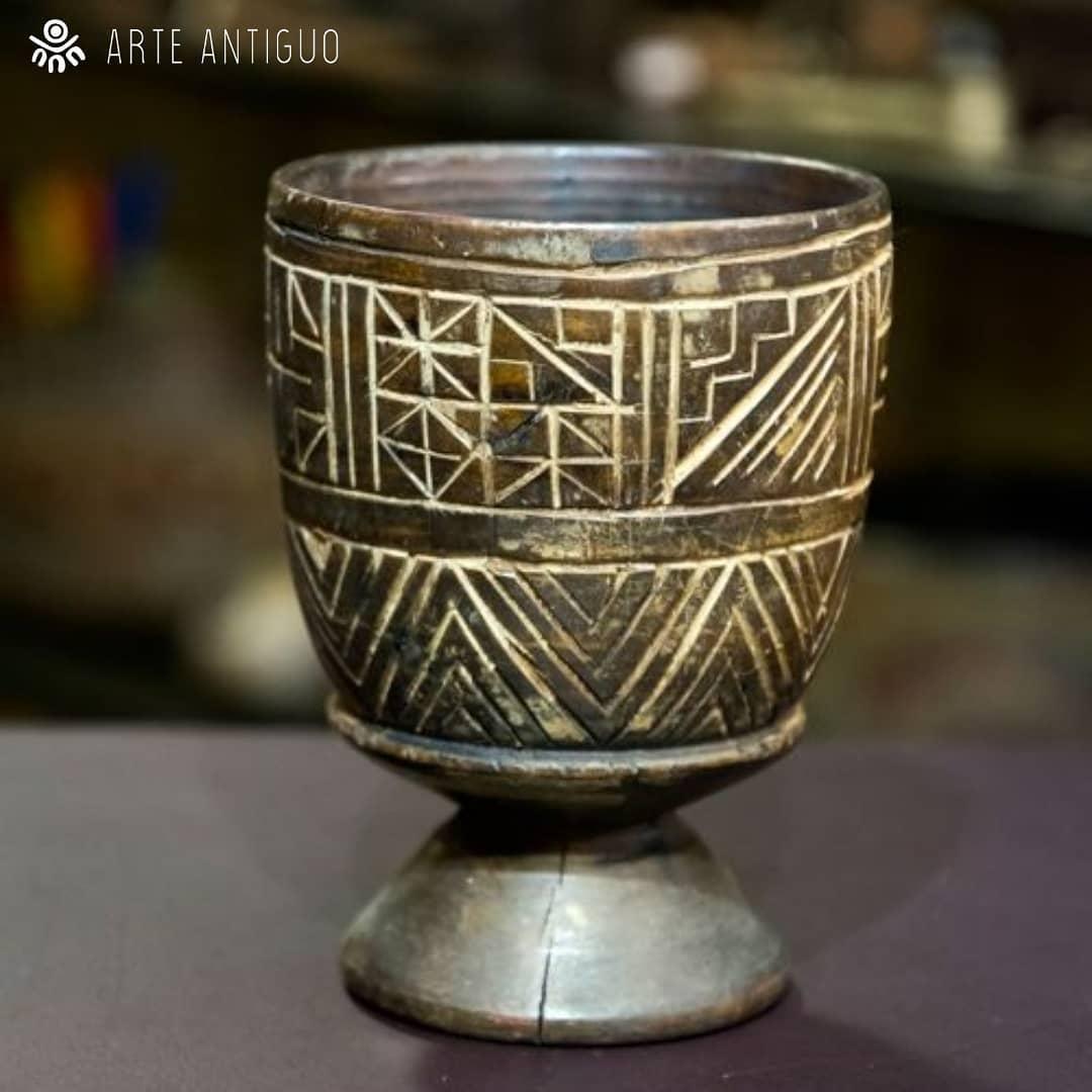 Belo cupom de madeira peruano, monocromático, estilo colonial Inca. Esse tipo de policial ...