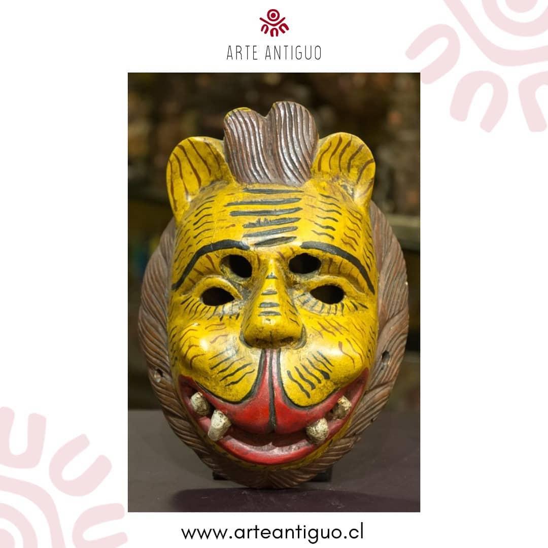 Rosto felino antigo, feito de madeira policromada, usado em festas ...